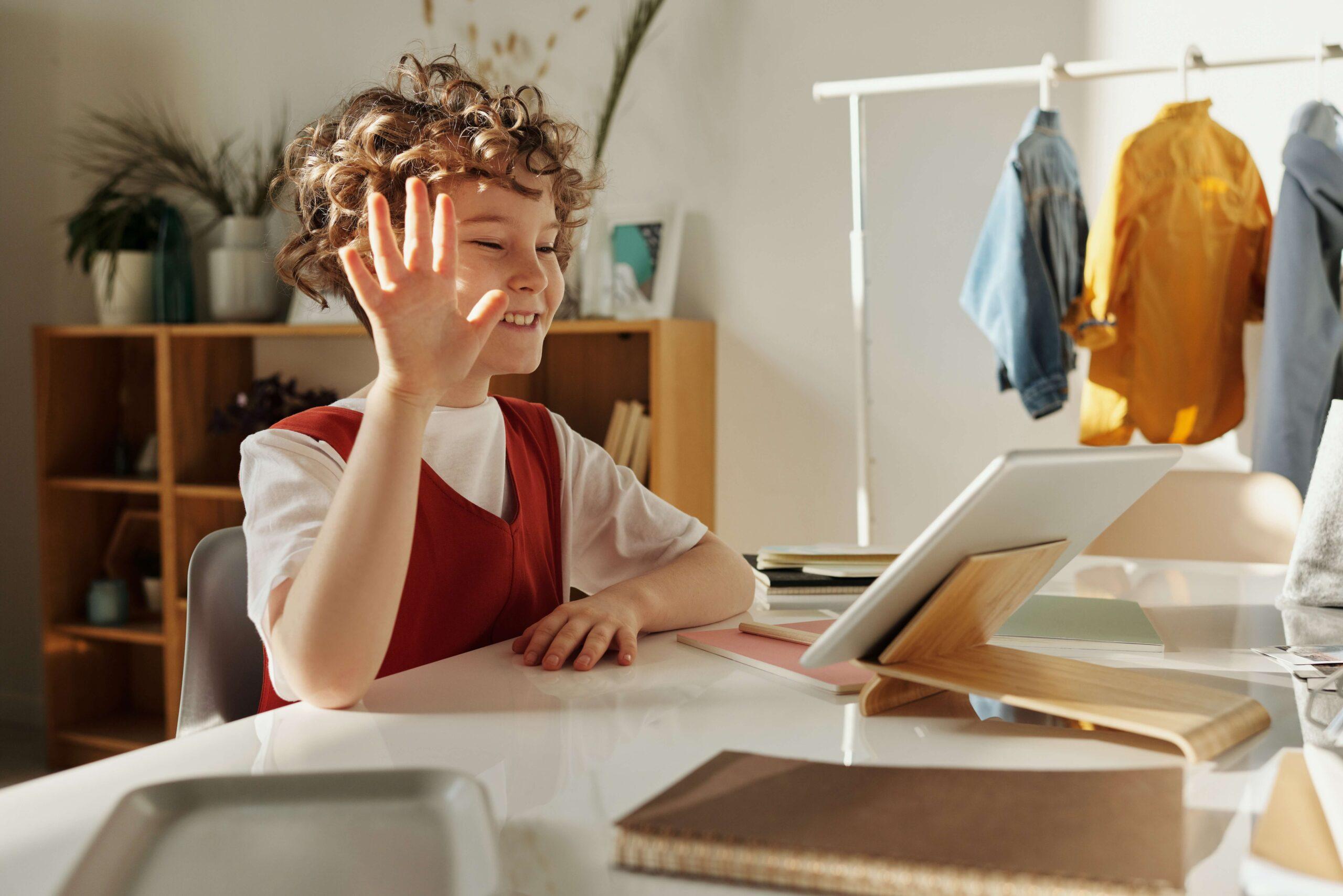 niña frente a una tablet