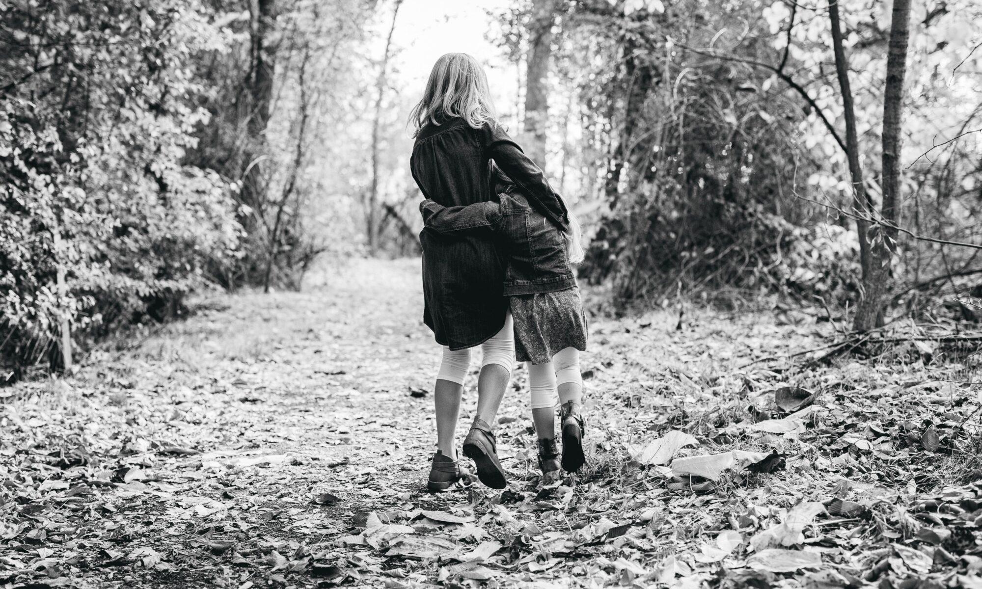 niños abrazados caminando