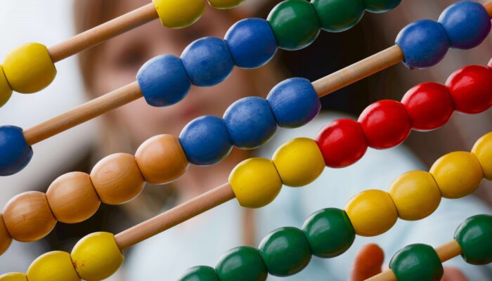 Imagen de un ábaco haciendo referencia a página de juegos online para niños