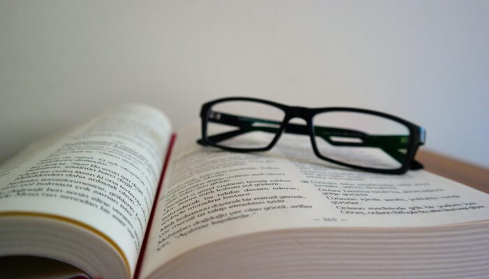 Imagen de libro con lentes apoyados sobre éste, haciendo referencia a recursos para profesionales.