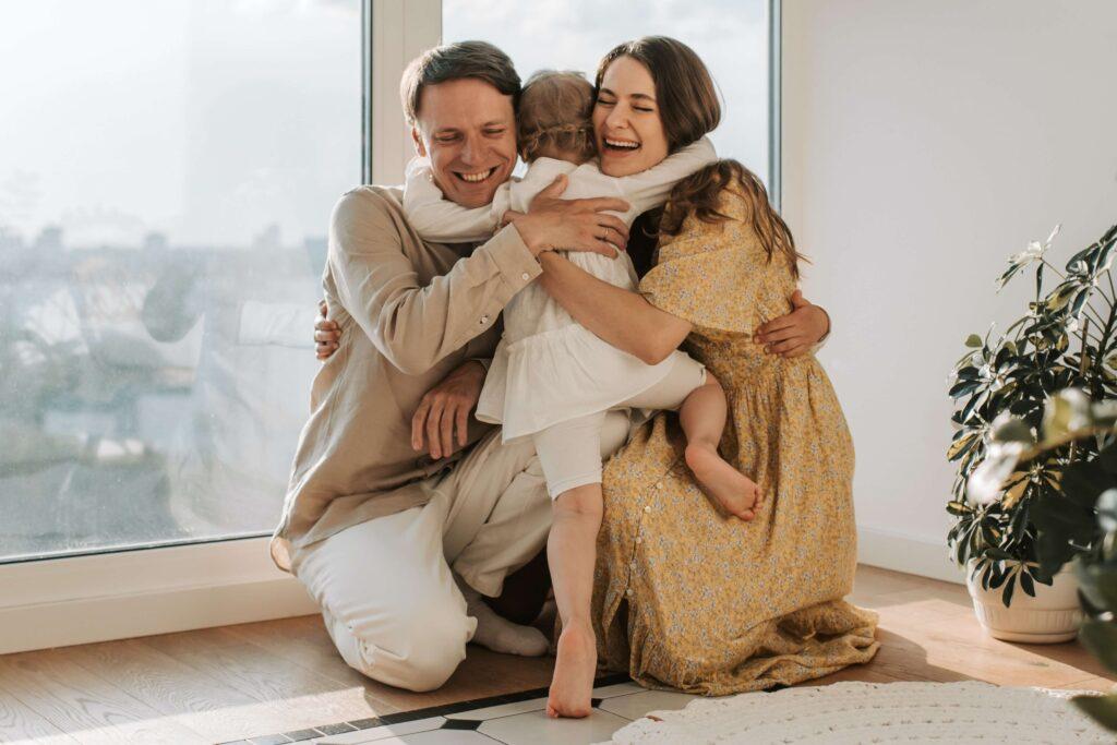 Padres e hija abrazados